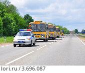 Купить «Детские пассажироперевозки в сопровождении патрульной машины ДПС», эксклюзивное фото № 3696087, снято 21 мая 2012 г. (c) Анна Мартынова / Фотобанк Лори