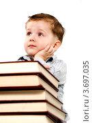 Задумчивый мальчик со стопкой книг. Стоковое фото, фотограф Великова Ирина Николаевна / Фотобанк Лори
