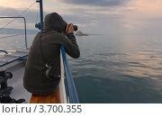 Фотограф на корабле фотографирует закат на Байкале. Стоковое фото, фотограф Ирина Грищенко / Фотобанк Лори