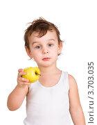 Маленький мальчик протягивает яблоко на белом фоне. Стоковое фото, фотограф Константин Примачук / Фотобанк Лори