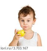 Маленький мальчик с яблоком. Стоковое фото, фотограф Константин Примачук / Фотобанк Лори