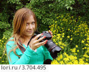 Купить «Портрет красивой девушки на фоне природы с фотокамерой», фото № 3704495, снято 30 мая 2012 г. (c) ElenArt / Фотобанк Лори