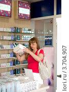 Женщина выбирает парфюм (2012 год). Редакционное фото, фотограф OV1957 / Фотобанк Лори
