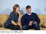 Купить «Муж и жена пересчитывают деньги семейного бюджета», фото № 3706291, снято 15 января 2012 г. (c) Яков Филимонов / Фотобанк Лори