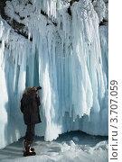 Фотограф на Байкале снимает волноприбойные льды на скалах. Стоковое фото, фотограф Виктория Катьянова / Фотобанк Лори