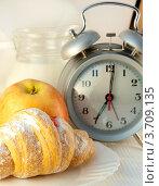 Круассан с вареньем, яблоко и будильник. Стоковое фото, фотограф Лариса Кривошапка / Фотобанк Лори