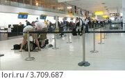Купить «Люди стоят в очереди на регистрацию в Лондоне, Англия(Таймлапс)», видеоролик № 3709687, снято 21 сентября 2010 г. (c) Losevsky Pavel / Фотобанк Лори