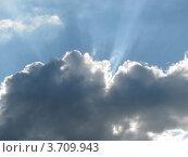 Купить «Небо. Солнечные лучи над плотным кучевым облаком», эксклюзивное фото № 3709943, снято 12 июля 2012 г. (c) Ирина Водяник / Фотобанк Лори