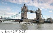 Купить «Экскурсионный теплоход проходит под Тауэрским Мостом, Лондон», видеоролик № 3710351, снято 27 октября 2010 г. (c) Losevsky Pavel / Фотобанк Лори
