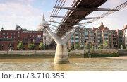 Купить «Вид на Лондон с теплохода, проходящего под London Millennium Footbridge», видеоролик № 3710355, снято 27 октября 2010 г. (c) Losevsky Pavel / Фотобанк Лори