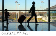 Купить «Женщина с чемоданом и дочка бегут в аэропорту», видеоролик № 3711423, снято 4 октября 2010 г. (c) Losevsky Pavel / Фотобанк Лори