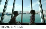 Купить «Мама с дочкой смотрят на море из окна», видеоролик № 3711727, снято 11 августа 2010 г. (c) Losevsky Pavel / Фотобанк Лори