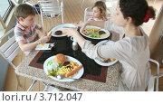 Купить «Семья завтракает в кафе», видеоролик № 3712047, снято 16 ноября 2010 г. (c) Losevsky Pavel / Фотобанк Лори