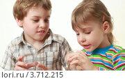 Купить «Мальчик и маленькая девочка пьют сок», видеоролик № 3712215, снято 11 декабря 2010 г. (c) Losevsky Pavel / Фотобанк Лори