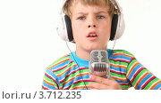 Купить «Мальчик в наушниках поет в микрофон», видеоролик № 3712235, снято 11 декабря 2010 г. (c) Losevsky Pavel / Фотобанк Лори