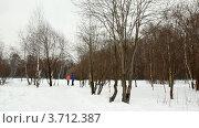 Купить «Мужчина и женщина бегут по тропинке в зимнем парке», видеоролик № 3712387, снято 17 декабря 2010 г. (c) Losevsky Pavel / Фотобанк Лори
