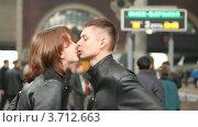 Купить «Пара прощается и целуется на вокзале», видеоролик № 3712663, снято 18 декабря 2010 г. (c) Losevsky Pavel / Фотобанк Лори
