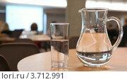 Купить «Стакан и кувшин воды на столе в аудитории», видеоролик № 3712991, снято 9 ноября 2010 г. (c) Losevsky Pavel / Фотобанк Лори