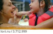 Купить «Мама с дочкой в спасательном жилете в бассейне», видеоролик № 3712999, снято 21 ноября 2010 г. (c) Losevsky Pavel / Фотобанк Лори