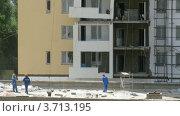 Купить «Рабочие на строительной площадке многоэтажного дома, таймлапс», видеоролик № 3713195, снято 23 сентября 2010 г. (c) Losevsky Pavel / Фотобанк Лори