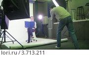 Купить «Фотограф за работой в студии, таймлапс», видеоролик № 3713211, снято 23 сентября 2010 г. (c) Losevsky Pavel / Фотобанк Лори