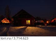Новогодний вечер в загородном доме. Мягкий свет из окон уютного дома падает на искрящийся снег. Стоковое фото, фотограф Александр Кондрушенко / Фотобанк Лори