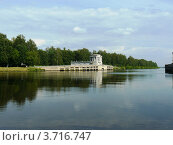Строение сталинской эпохи на воде. Стоковое фото, фотограф Наумова Анастасия / Фотобанк Лори
