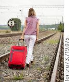 Купить «Счастливая женщина с красным чемоданом идет по рельсам», фото № 3719075, снято 10 августа 2011 г. (c) Яков Филимонов / Фотобанк Лори