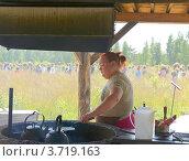 Купить «Молодая женщина печет блины и готовит кофе на фоне поля с тысячью огородных пугал», эксклюзивное фото № 3719163, снято 26 июля 2012 г. (c) Валерия Попова / Фотобанк Лори