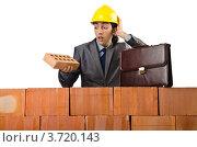 Купить «Строитель в недоумении смотрит на кирпич», фото № 3720143, снято 22 мая 2012 г. (c) Elnur / Фотобанк Лори