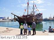 Тунисская семья стоит на пристани и смотрит на красивый экскурсионный корабль, Sousse, Tunisia (2012 год). Редакционное фото, фотограф Кекяляйнен Андрей / Фотобанк Лори