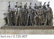 Купить «Скульптурная группа на пьедестале памятника М. И. Кутузову», эксклюзивное фото № 3725907, снято 25 июля 2012 г. (c) Алёшина Оксана / Фотобанк Лори