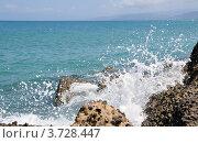 Волны разбиваются о камни. Стоковое фото, фотограф Екатерина Слугина / Фотобанк Лори