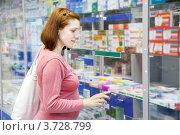 Купить «Беременная женщина в аптеке выбирает лекарства», фото № 3728799, снято 4 июня 2012 г. (c) Яков Филимонов / Фотобанк Лори