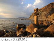 Пирамида из камней на берегу моря. Стоковое фото, фотограф Александр Довянский / Фотобанк Лори