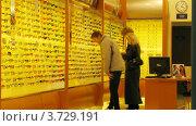 Купить «Люди выбирают очки в магазине(Таймлапс)», видеоролик № 3729191, снято 8 декабря 2010 г. (c) Losevsky Pavel / Фотобанк Лори