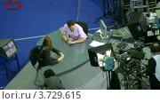 Купить «Комментаторы обсуждают XXX Чемпионат мира по художественной гимнастике», видеоролик № 3729615, снято 7 апреля 2011 г. (c) Losevsky Pavel / Фотобанк Лори