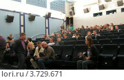 Купить «Люди собираются в зале кинотеатра 35 MM club», видеоролик № 3729671, снято 17 декабря 2010 г. (c) Losevsky Pavel / Фотобанк Лори