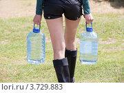 Женщина несет бутыли с водой. Стоковое фото, фотограф Юрий Викулин / Фотобанк Лори