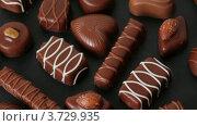 Купить «Шоколадные конфеты», видеоролик № 3729935, снято 26 марта 2011 г. (c) Losevsky Pavel / Фотобанк Лори