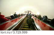 Купить «Эскалатор везет пассажиров вниз в метро», видеоролик № 3729999, снято 26 марта 2011 г. (c) Losevsky Pavel / Фотобанк Лори