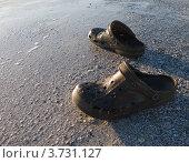 Шлепанцы в песке на пляже. Стоковое фото, фотограф Анастасия Филиппова / Фотобанк Лори