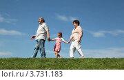 Дедушка,бабушка и внучка идут по холму. Стоковое видео, видеограф Losevsky Pavel / Фотобанк Лори