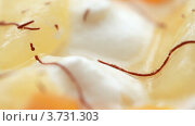 Купить «Крем с кусочками фруктов крупным планом», видеоролик № 3731303, снято 20 марта 2011 г. (c) Losevsky Pavel / Фотобанк Лори