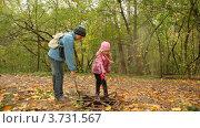 Купить «Дети ищут что-то в люке в парке», видеоролик № 3731567, снято 9 апреля 2011 г. (c) Losevsky Pavel / Фотобанк Лори