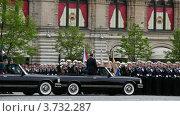 Купить «Министр обороны А. Сердюков находится в машине и солдаты громко приветствуют его», видеоролик № 3732287, снято 8 марта 2011 г. (c) Losevsky Pavel / Фотобанк Лори