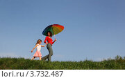 Купить «Мать с зонтиком и дочь гуляют по траве», видеоролик № 3732487, снято 10 марта 2011 г. (c) Losevsky Pavel / Фотобанк Лори
