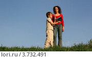 Купить «Мальчик с хлопушкой стоит перед матерью на траве», видеоролик № 3732491, снято 10 марта 2011 г. (c) Losevsky Pavel / Фотобанк Лори
