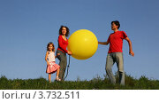 Купить «Мужчина держит воздушный шар, его жена и дочь накачивают его ножным насосом», видеоролик № 3732511, снято 11 марта 2011 г. (c) Losevsky Pavel / Фотобанк Лори