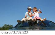 Купить «Мальчик и девочка сидят на крыше автомобиля на фоне неба», видеоролик № 3732523, снято 10 марта 2011 г. (c) Losevsky Pavel / Фотобанк Лори